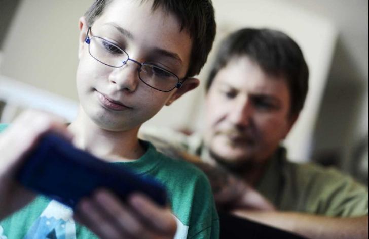 Cum poți supraveghea activitatea copiilor de la distanţă