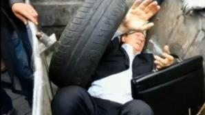 Ucrainenii îi aruncă pe POLITICIENI în tomberoane de GUNOI
