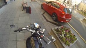 Răzbunarea motociclistei pe şoferii care aruncă gunoaie pe jos
