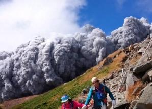 Zeci de oameni au murit în urma erupţiei vulcanului Ontake