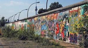 Turiștii pot picta și cumpăra bucăți din Zidul Berlinului