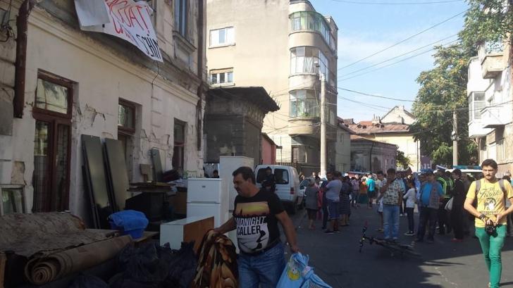 Evacuare pe strada Vulturilor: oamenii îşi scot lucrurile în stradă