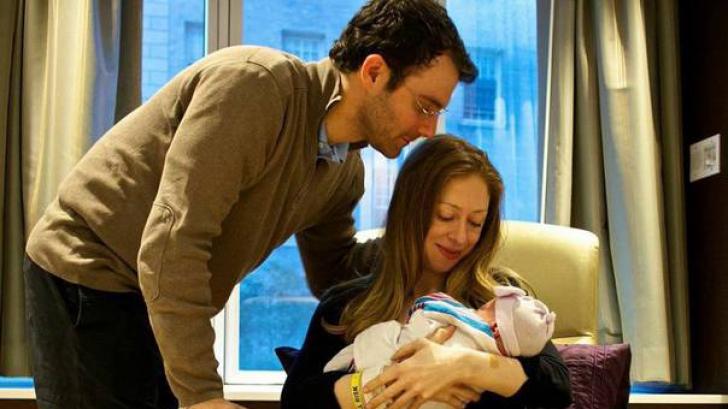 Fiica lui Bill Clinton a părăsit maternitatea și a prezentat publicului fiica nou-născută