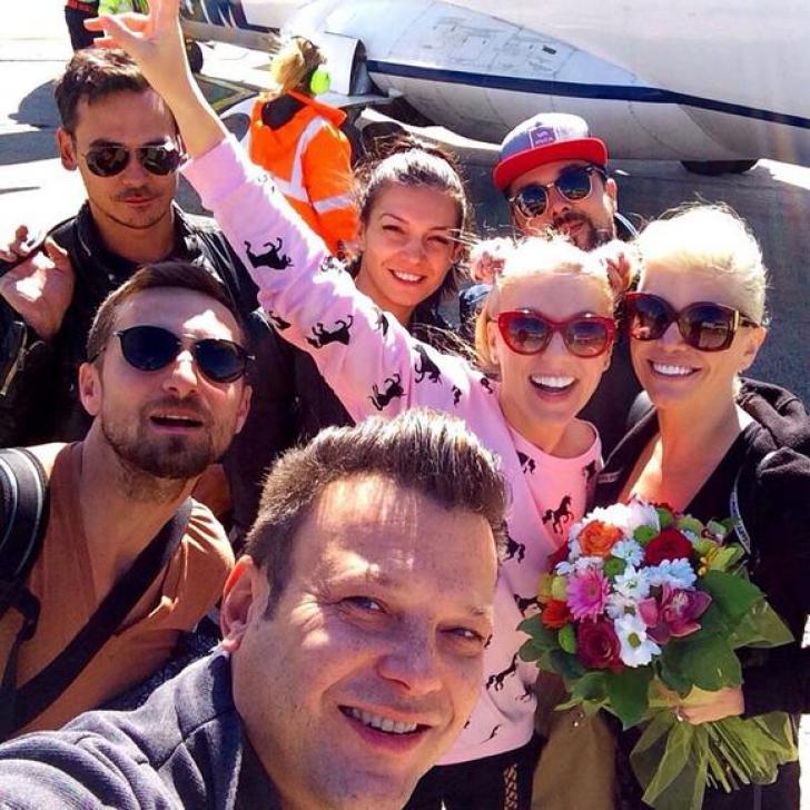 Artiștii au făcut un selfie înainte de a urca în avion
