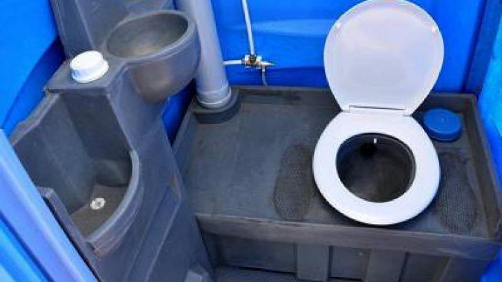 În timp ce vidanjau o toaletă ecologică dintr-un parc au descoperit, în interior, cadavrul unei fetițe nou născute.
