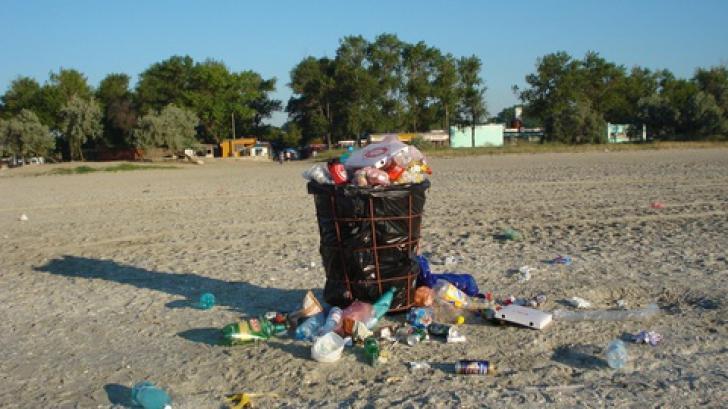 Voluntarii americani au curățat plaja din Năvodari de 5 tone de gunoaie