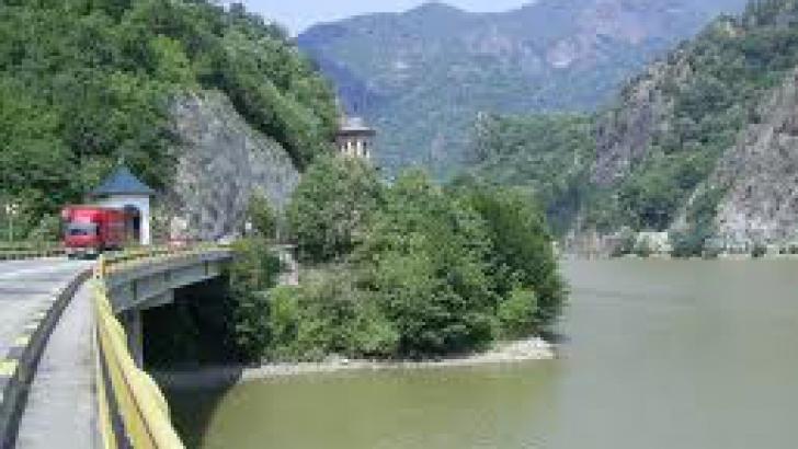 <p>Valea Oltului, drum imposibil pentru transportul comercial</p>