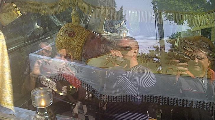 NICOLAE CORNEANU, Mitropolitul Banatului, adus la Catedrală. Zeci de preoți l-au condus