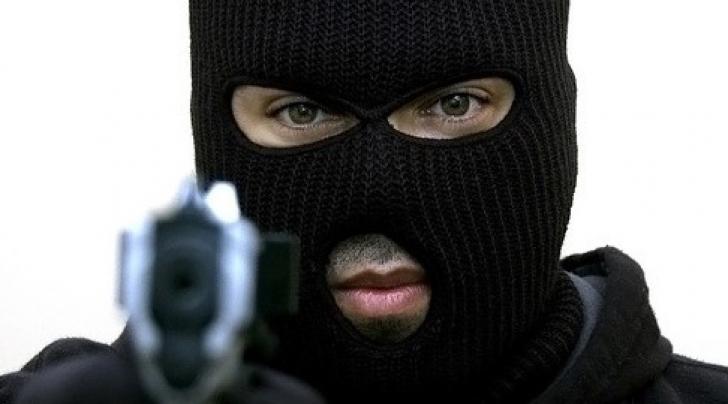 INCREDIBIL - Un bărbat i-a pus pistolul la tâmplă prietenului său. Motivul este IREAL