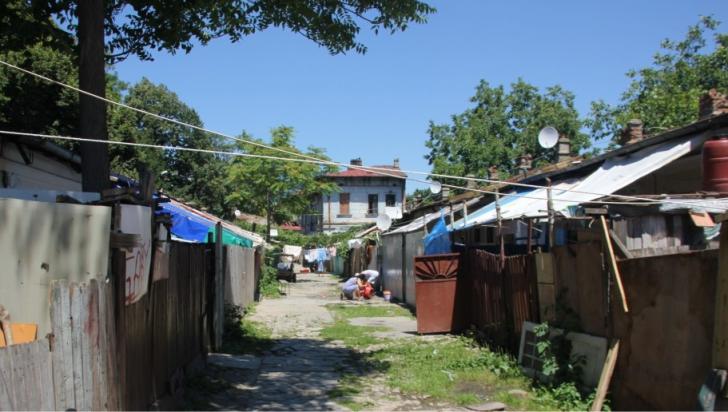 100 de persoane ce locuiesc in case dintr-un gang de pe strada Vulturilor 50 din sectorul 3 al Capitalei, urmeaza a fi evacuate prin executare silita