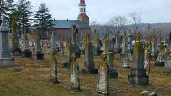 Fără precedent. A mers la mormântul fiului timp de şapte ani, înainte de a afla ASTA. S-a CUTREMURAT