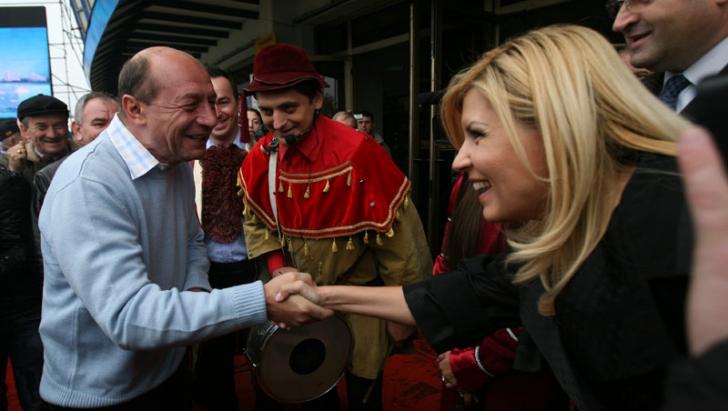 Traian Băsescu şi Elena Udrea au ieşit la terasă în staţiunea Mamaia