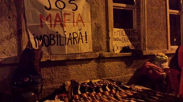 Zeci de oameni evacuaţi din strada Vulturilor dorm în stradă de pe 15 septembrie