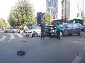 Accident Calea Floreasca: bolid nou-nouţ făcut praf. Foto: Tiberiu Lovin
