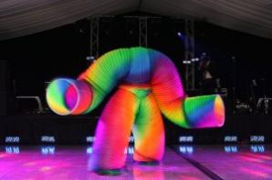 Costumul de 1 milion de dolari, Veniamin's Human Slinky, a fost purtat de fostul gimnast român Ioan Veniamin Oprea, în cadrul show-ului de televiziune America's Got Talent