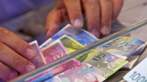Românii, păcăliți de bănci
