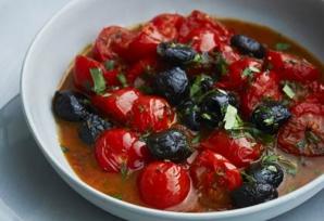 Roşii cherry cu măsline, în sos cald de usturoi