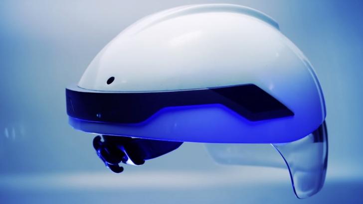 Această cască de Robocop ne SCHIMBĂ cu totul realitatea! Primii care o folosesc sunt muncitorii