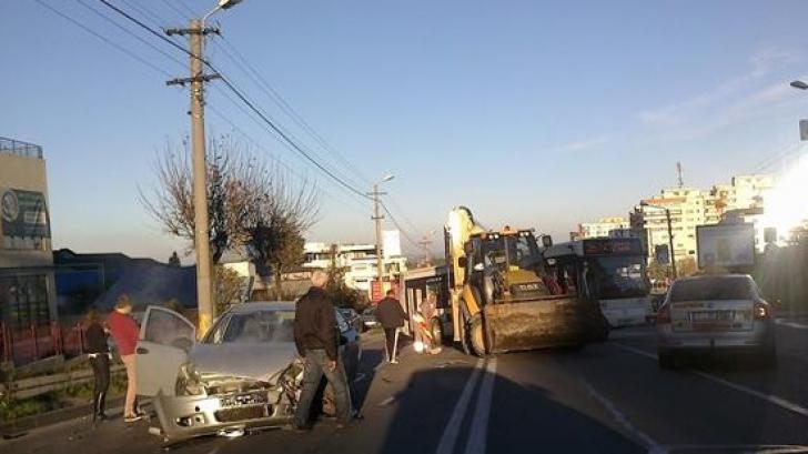 ACCIDENT SPECTACULOS în Cluj: un autoturism s-a izbit de un excavator / Foto: Ziua de Cluj