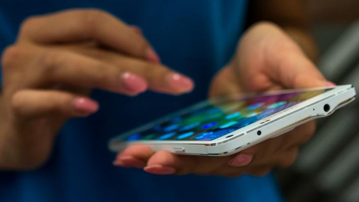 MĂRIMEA CONTEAZĂ și e valabilă la telefoane. Iată STUDIUL care arată că ne plac mai mari!