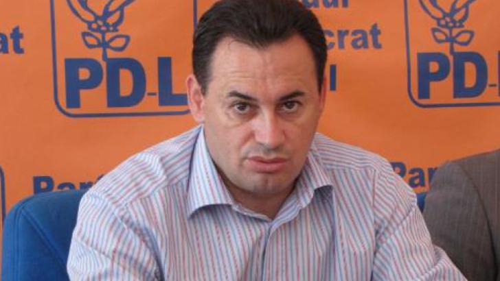 Primarul Aradului a ajuns la Poliţie după demontarea unor bannere cu Ponta