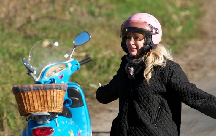 Giulia Nahmany si-a accidentat iubitul cu scuterul si l-a azvârlit în lanul de porumb! VIDEO