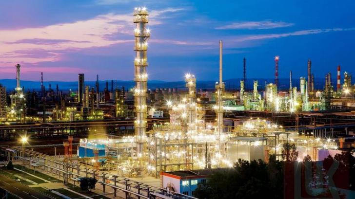 <p>Compania Lukoil vrea să închidă rafinăria Petrotel din Ploieşti şi să mute producţia în Bulgaria</p>