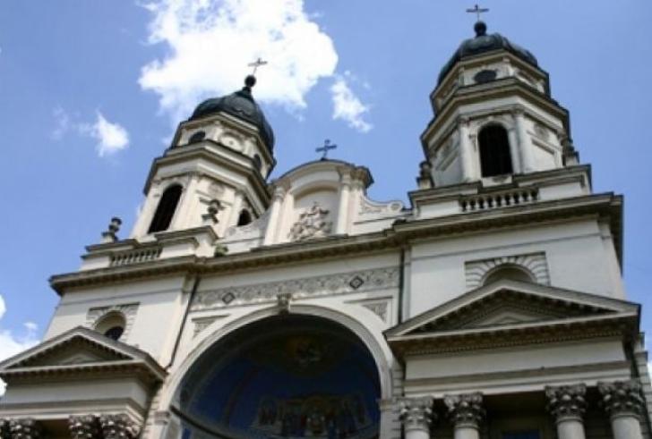 Șase vile şi o sală polivalentă, acordate gratuit Mitropoliei Moldovei şi Bucovinei