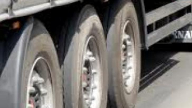 ACCIDENT SPECTACULOS în Satu Mare, după ce o maşină a intrat sub un TIR: un mort