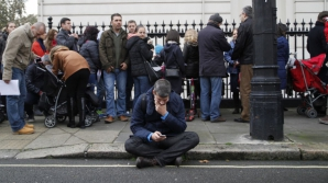 REZULTATE ALEGERI PREZIDENŢIALE: Românii stau la coadă la o secţie de votare din Londra sursa: Inquamphotos.com