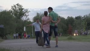 EXPERIMENT cu CAMERA ASCUNSĂ. Cum reacţionează românii când cineva aruncă gunoi pe stradă