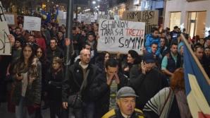 PROTESTE ALEGERI PREZIDENȚIALE 2014. Circa 100 de clujeni protestează pentru votul din diaspora