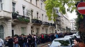 Coadă la ambasada României la Londra