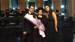 Triumf în China: Mariana Nicolesco împreună cu tenorul Adrian Dumitru, laureatul Premiului I al Concursului Internaţional de Canto al Chinei, şi cu mezzosoprana Emanuela Pascu, laureata Premiului II