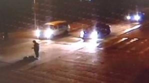 Bărbat lovit de trei maşini când traversa strada, în China