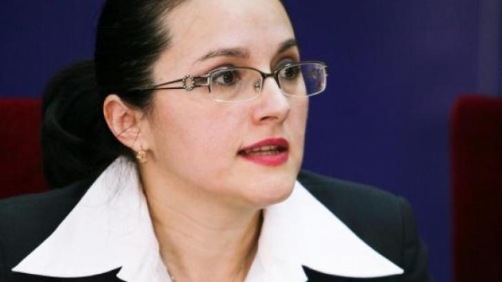 Alina Bica, șefa DIICOT, luată cu mandat de pe stradă pentru a fi dusă la audieri la DNA