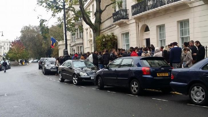 """Românii din diaspora, umiliţi la urne. Aglomeraţie şi tensiuni la Paris, Londra: """"JOS PONTA!"""""""