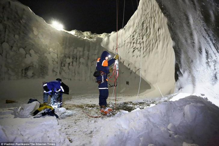 Craterele misterioase din Siberia. Ce au găsit cercetătorii într-unul din craterele misterioase