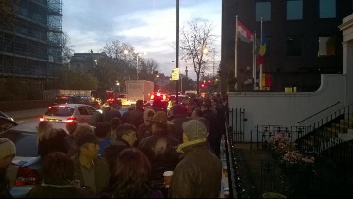 Coadă formată încă de sâmbătă de românii din Londra. Ce au scandat aceştia cât timp au aştepat