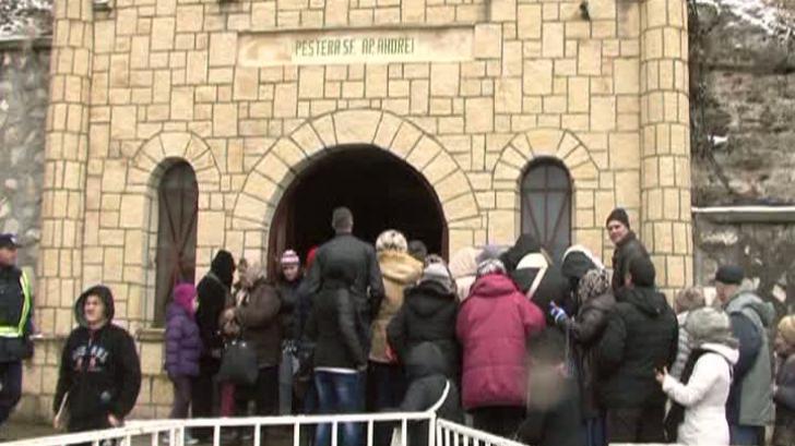 Pelerinaj la peștera Sfântul Andrei. Mii de credincioși au îndurat frigul