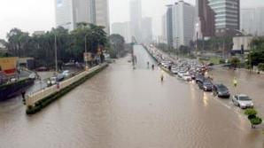 ROMÂNI, printre zeci de turişti străini BLOCAŢI de inundaţii într-o staţiune din Malaysia