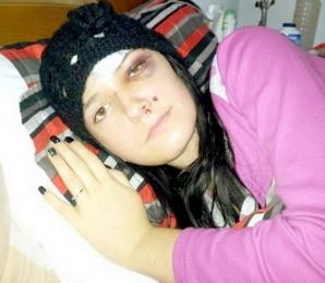 Tânără cântăreaţă, DESFIGURATĂ după ce a fost bătută pe stradă