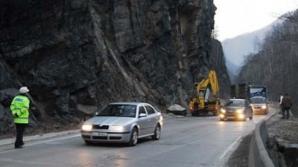 Traficul rutier este OPRIT pe DN57 Orşova - Moldova Nouă din cauza căderii de pietre