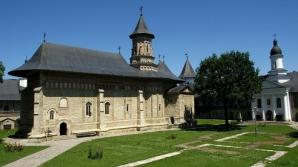 Mănăstirea Neamţ se află la circa 25 km de Târgu Neamţ