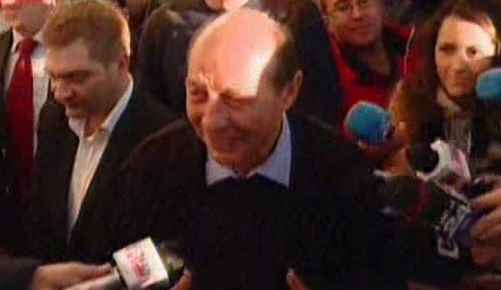 Traian Băsescu, LA BERE alături de susţintătorii săi