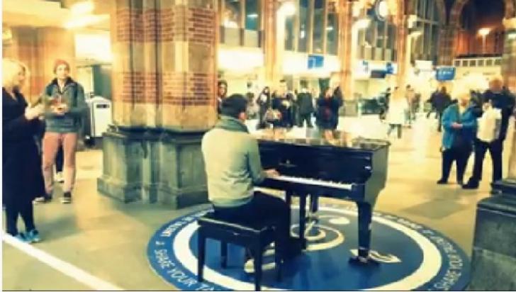 Un român a intepretat, la un pian amplasat în gara din Amsterdam, imnul de stat al României