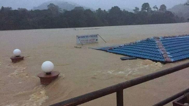 Românii blocaţi de inundaţii într-o staţiune din Malaesia au fost salvaţi