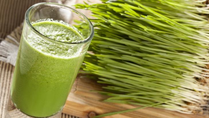 """""""Sângele verde"""", elixirul din iarba de grâu care îţi reface sănătatea"""