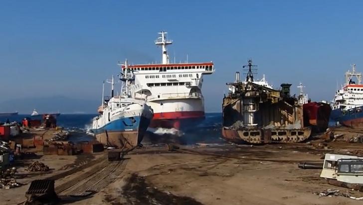 VIDEO SPECTACULOS: Momentul în care un vapor uriaş eşuează, la viteză maximă