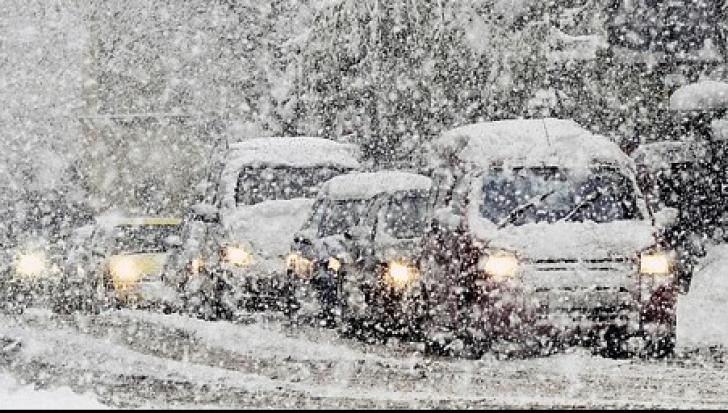 România, paralizată de ninsori! DRUMURI ÎNCHISE, curse anulate, autorităţi depăşite